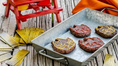 [AD] Looking for a geeky recipe for your Labor Day BBQ? Check out our Millennium Falcon Burgers inspired by Solo: A Star Wars Story! 2geekswhoeat.com #Solo #StarWars #StarWarsRecipes #Burgers #MainDishes #Grilling #LaborDay #BBQ #GeekyFood #GeekyRecipes