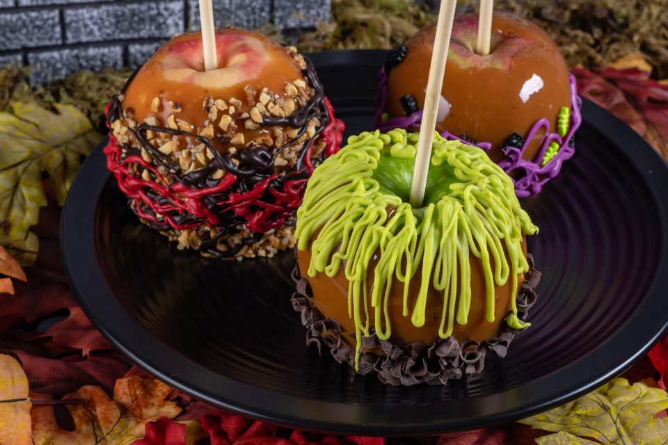The Geeks are celebrating Halloween early with their recipe for Sanderson Sisters' Caramel Apples inspired by the Disney film Hocus Pocus! [sponsored] 2geekswhoeat.com #CaramelApples #DisneyRecipes #HalloweenRecipes #HocusPocus #HocusPocusRecipes